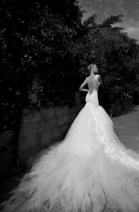 Beautiful wedding dress~~~^_^~~~ ~~~^_^~~~ Very long put tail, and very beautiful picture, fantasy your wedding right, girls.