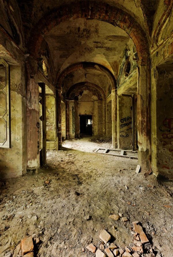 Ghost Mansion: Urban Exploration At Villa De Vecchi