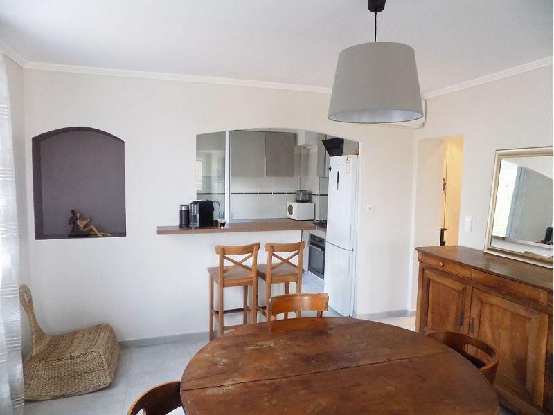 Fréjus Situé près des arènes de Fréjus, un jolie appartement - salon sejour cuisine ouverte