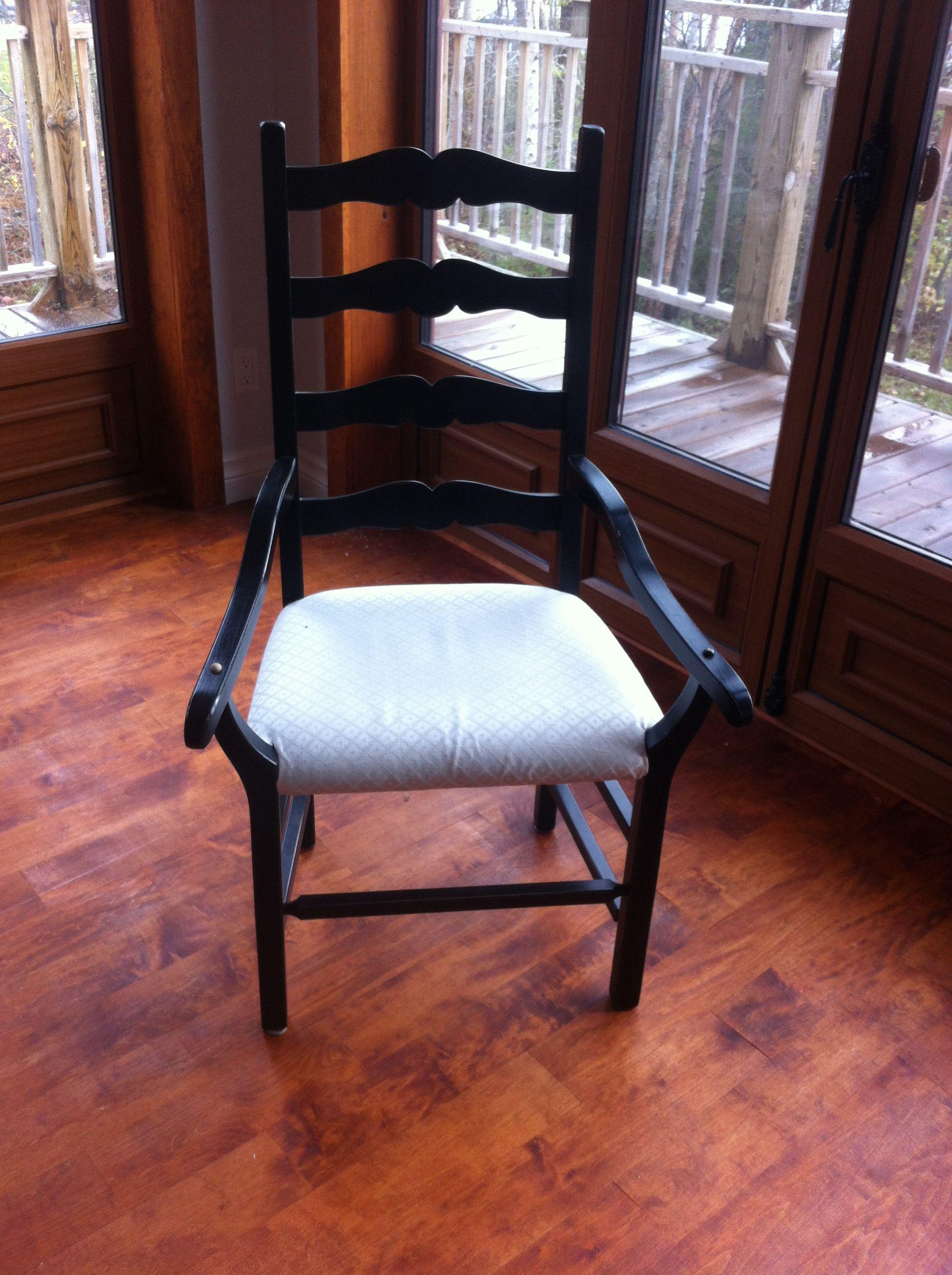 Una silla es donde descansamos, soénamos, reimo e incluso lloramos, la cercania del secreto y la distancia de los silencios, la angustia de la espera, la tranquilidad de la taza de té...el apoyo invisible de todos nuestros momentos.....