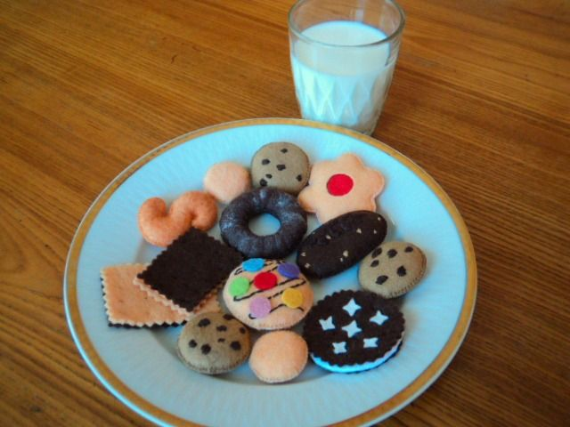 SUŠENKY do dětské kuchyňky Talíř různých druhů sušenek do dětské kuchyňky: kakaový věneček, esíčko, piškoty, sušenky s kousky čokolády, BeBe dobré ráno, polomáčené, sušenka s lentilkami, linecká kytička s marmeládou... Průměr: 3-5 cm. Cena za všech 13 sušenek. Další šité dobrůtky najdete ZDE.
