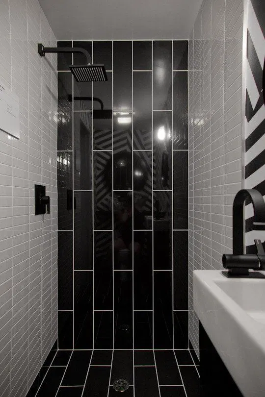 صور سيراميك حمامات 2020 بألوان وأشكال جديدة فوتوجرافر Black Tile Bathrooms Bathroom Tile Designs Bathroom Shower Design