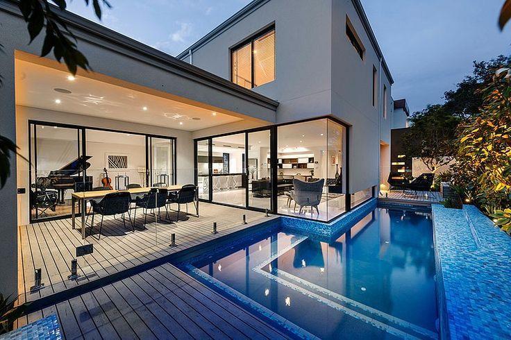 Baie vitrée et terrasse en teck avec vue sur piscine #design