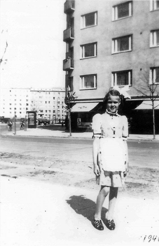 """""""Olen 9-vuotiaana kotikadullani Mechelininkadulla vuonna 1940. Toisen kerroksen toinen ikkuna vasemmalta oli kotini"""", kertoo Terttu Tuulikki Munther."""