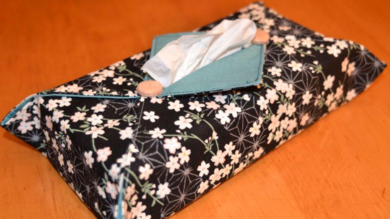 Wer kennt das Problem nicht: geschmacklos aussehende Kosmetiktücherboxen, die man sich nur ungern in die Wohnung stellen möchte. Yoshiko Klein zeigt, wie Sie in nur wenigen Schritten einen eleganten Überzug in variablen Größen nähen.