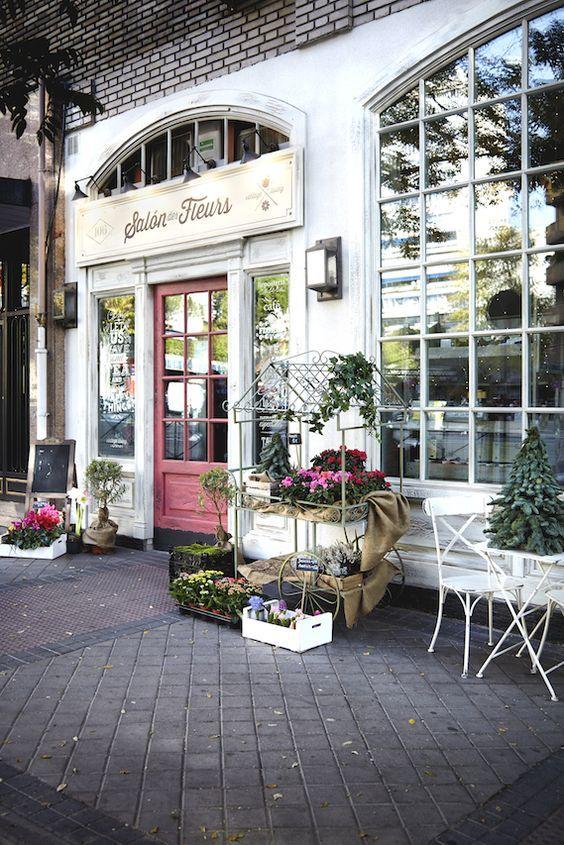 Fachada vintage de la pastelería Salon des Fleurs en Madrid.