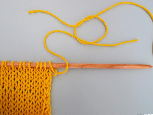 Heute möchten wir euch zeigen, wie man beim Stricken zwei Fäden zusammenfügen kann.