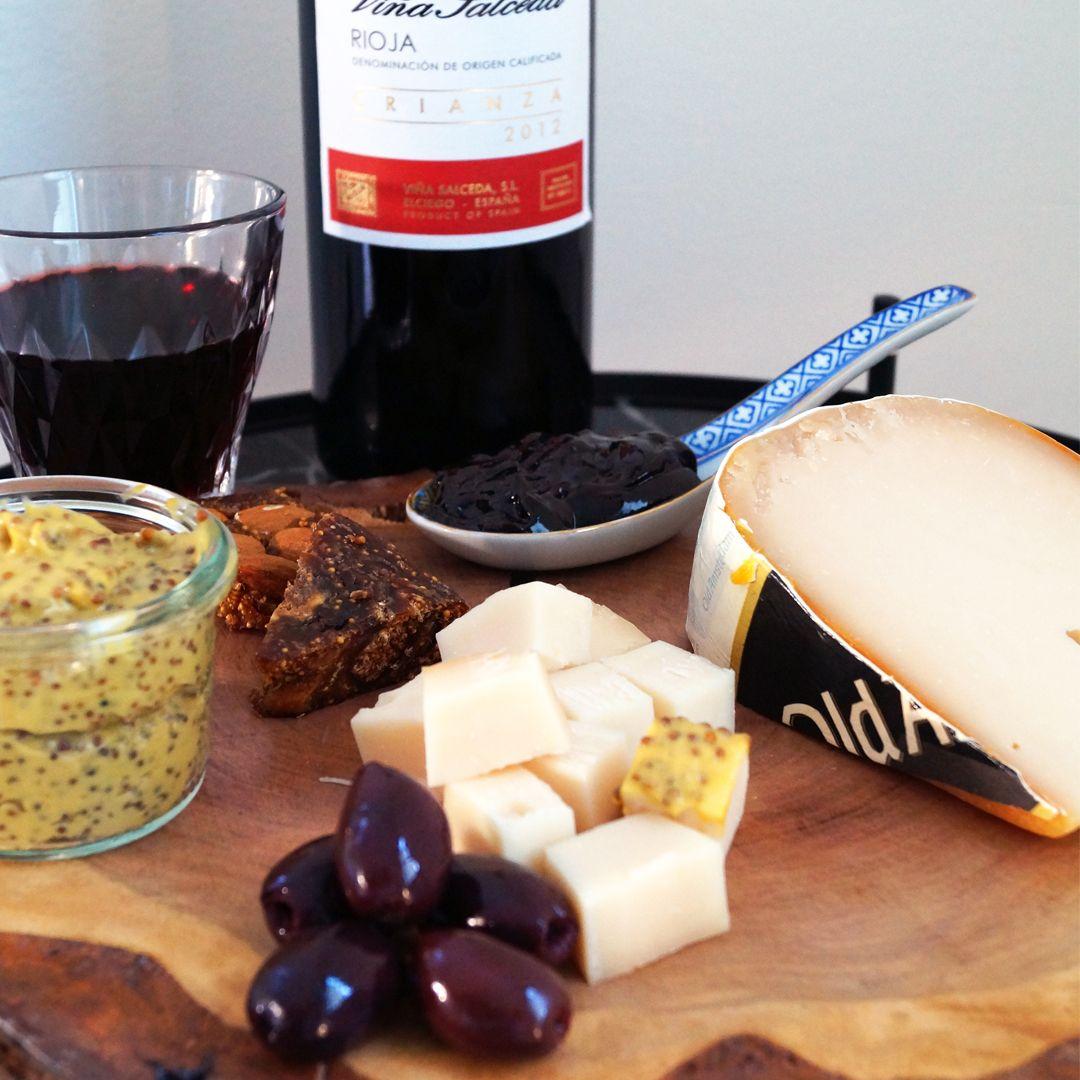 Is het al weekend? Dit borrelplankje met Old White, een oude geitenkaas, zorgt voor een tafel vol smaakexplosie. Combineer de Old White met: - Zaanse mosterd - appelstroop - kalamata olijven - vijgenbrood - een glaasje Rioja of Montepulciano
