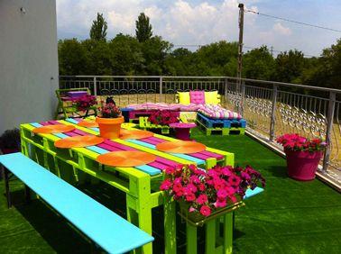 Faire table en palette bois et transat vert fushia bleu ...