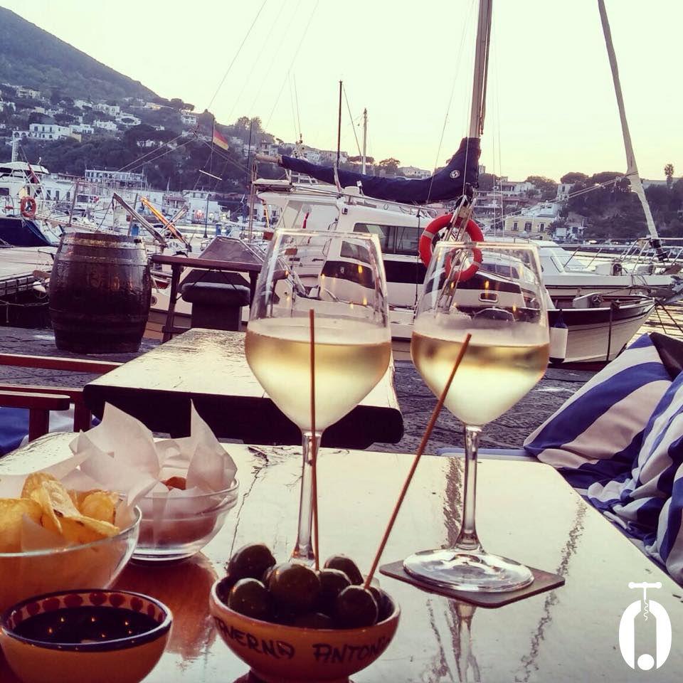 A Ischia l'aperitivo lo facciamo così: Biancolella Casa D'Ambra vista mare! Ovviamente, lo trovate qui: http://www.075winestore.com/vini.html?classificazione=71