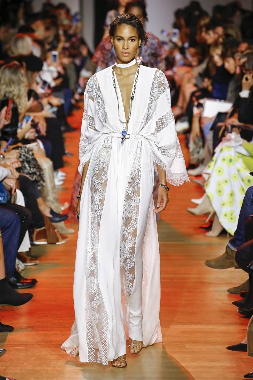a09438198a O romantismo tomou conta das passarelas da Semana de Moda de Paris com a nova  coleção de Elie Saab.