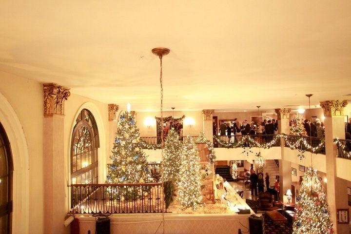 Christmas-themed wedding in Christmas City | fabmood.com #christmaswedding #winterwedding #pennsylvaniawedding #christmastheme #weddingtheme