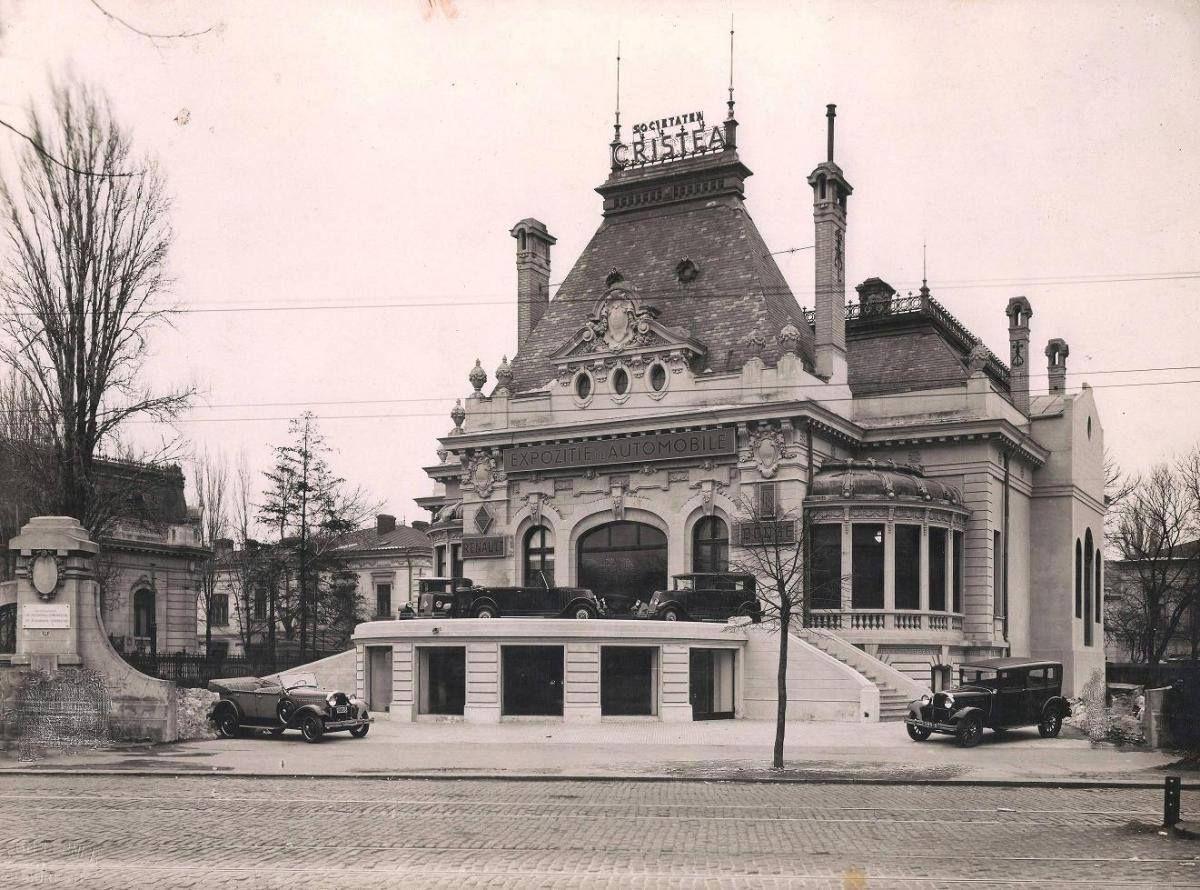 Anul e aproximativ 1929 Aflata pe locul actualului bloc Patria de pe Bd. Magheru, Casa Marghiloman adapostea in acea perioada una dintre primele expozitii auto ...
