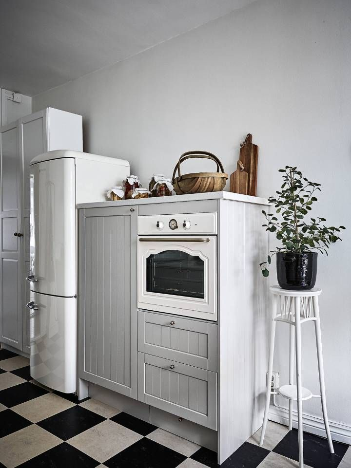 Paredes grises y carpintería blanca Countryside, Interiors and