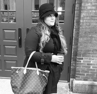 Classically Curvy blog trench coat look book. Navy. Louis Vuitton Neverfull. Cloche hat.