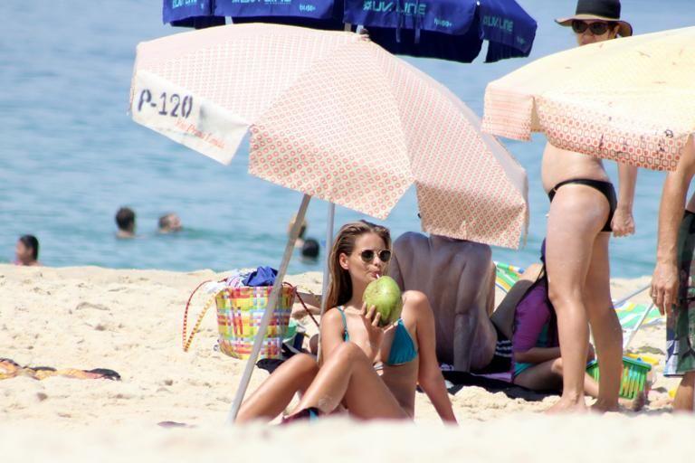 Yasmin Brunet exibe boa forma em praia do Rio de Janeiro