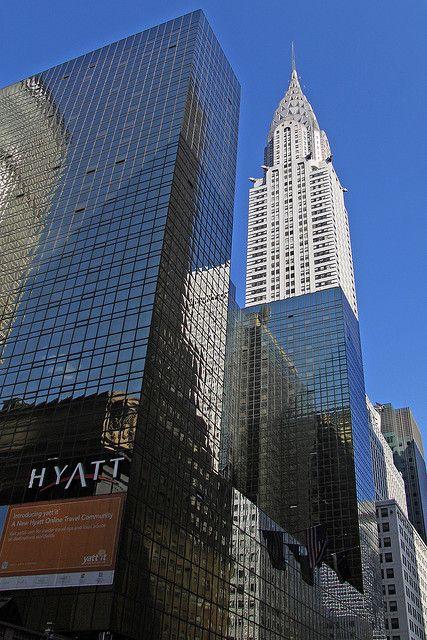 The Chrysler Building seems to be jutting out of the glass covered Grand Hyatt Hotel :)))    O edifício Chrysler parece ser uma mera continuação da superfície espelhada do hotel Grand Hyatt :)))     nice chrysler photo found on the web