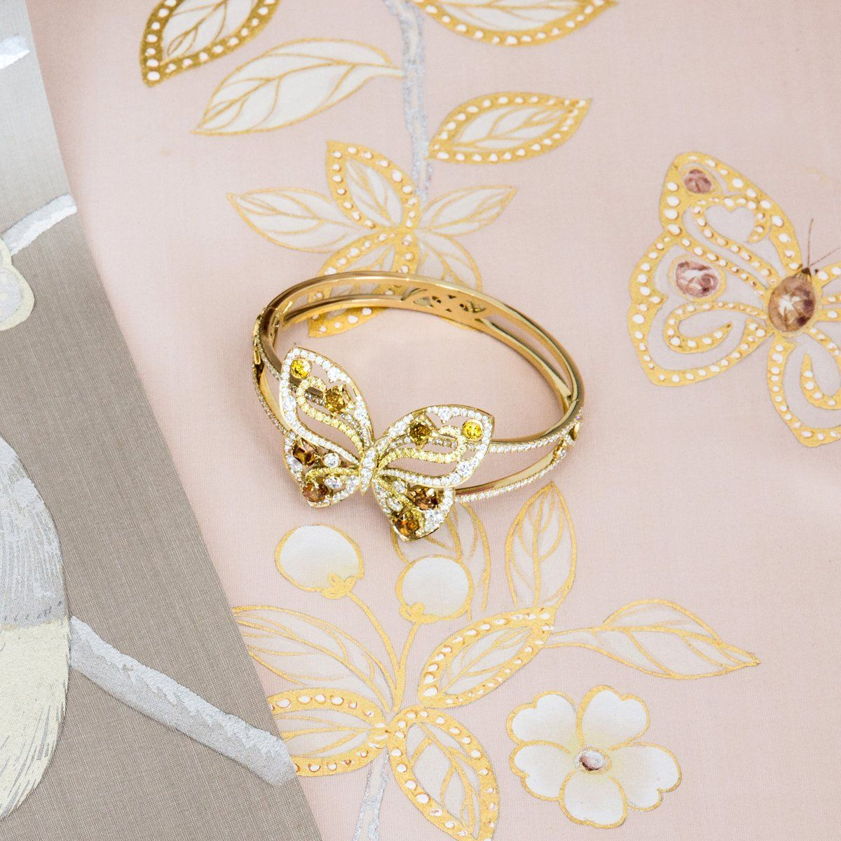 Embedded image  Introducing Boodles' Papillon cuff… the inspiration behind deGournay's bespoke wallpaper created especially for Boodles.