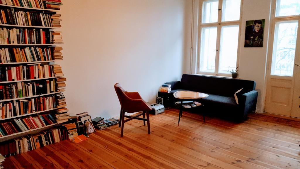 Perfektes Wohnzimmer für Leseratten mit Wand aus Büchern, Stuhl - stühle für wohnzimmer