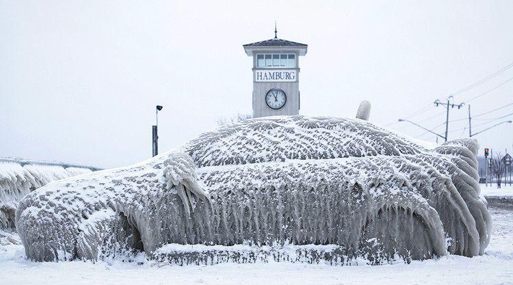 Un coche cubierto de nieve en el pueblo de Hamburg en el estado de Nueva York, EE.UU., el 12 de enero de 2016.