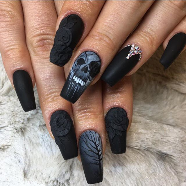 22 Wildly Popular Halloween Nail Art Designs I Am Bored Skull Nails Goth Nails Gothic Nails