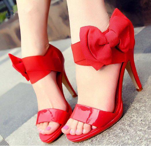 Los zapatos del otoño con tacón kitten o con suela de goma