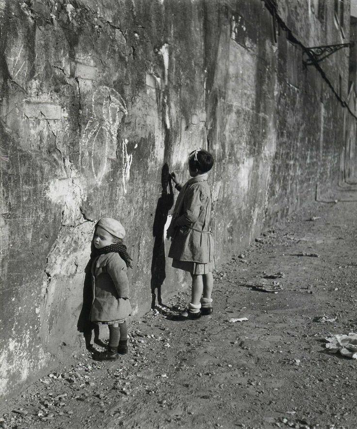 """paaleiko:  """"kindheit ist das was irgendwanngewesen ist und aus dem Traum nun hängtein faden fesselrest den manzersprengen kann und nie zersprengt""""(Jan Skácel)Bild: Robert DoisneauQuelle: https://de.pinterest.com/pin/503910645782546525/"""