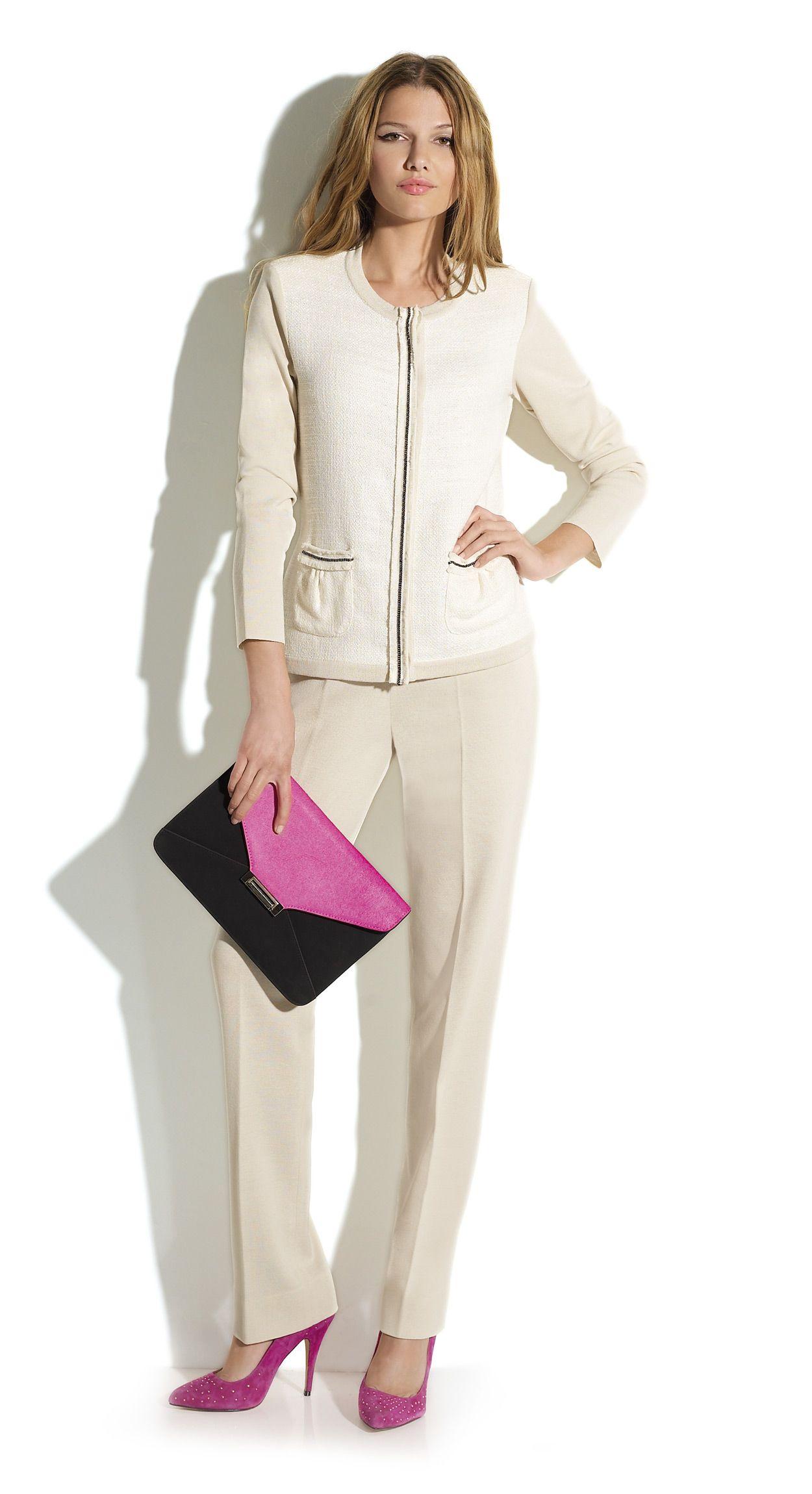 c3087f41e7251 Conjunto de pantalón y chaqueta color beige y estilo Chanel.  Naulover   Moda  ModaMujer  Fashion