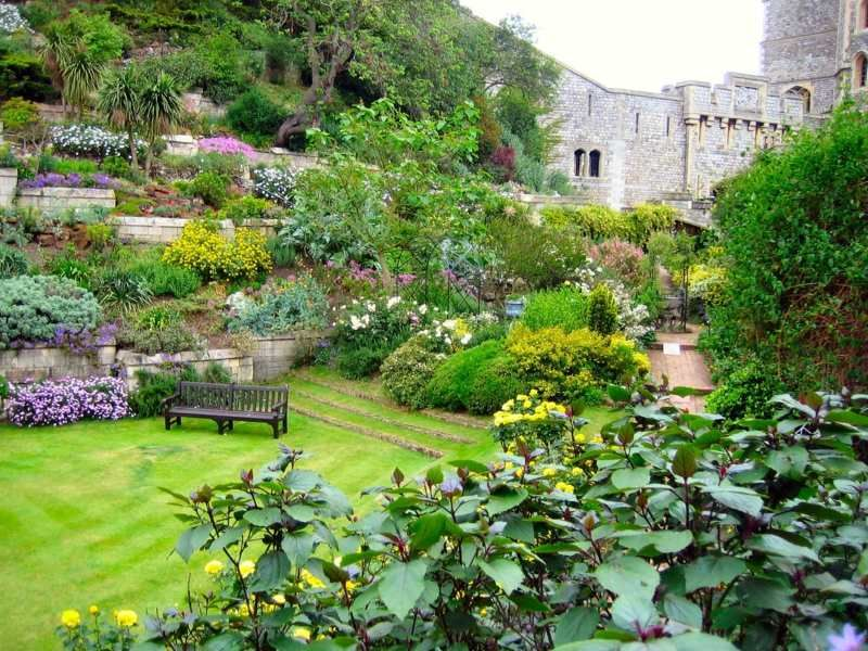 Garten am Hang gestalten - Eine üppige Bepflanzung auf mehreren - garten am hang