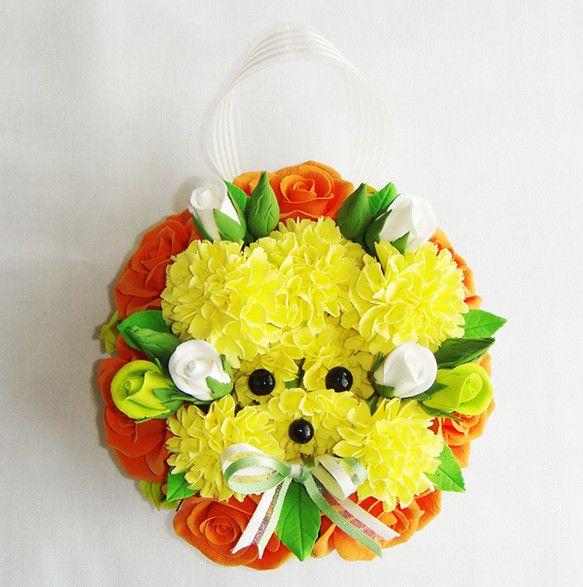 お花たちはクレイを使って、花びらを一枚づつ作り組立てて制作しています。カーネーションでプードルを表現してみました。ぷーちゃんを囲むようにバラとバラの蕾をアレン...|ハンドメイド、手作り、手仕事品の通販・販売・購入ならCreema。