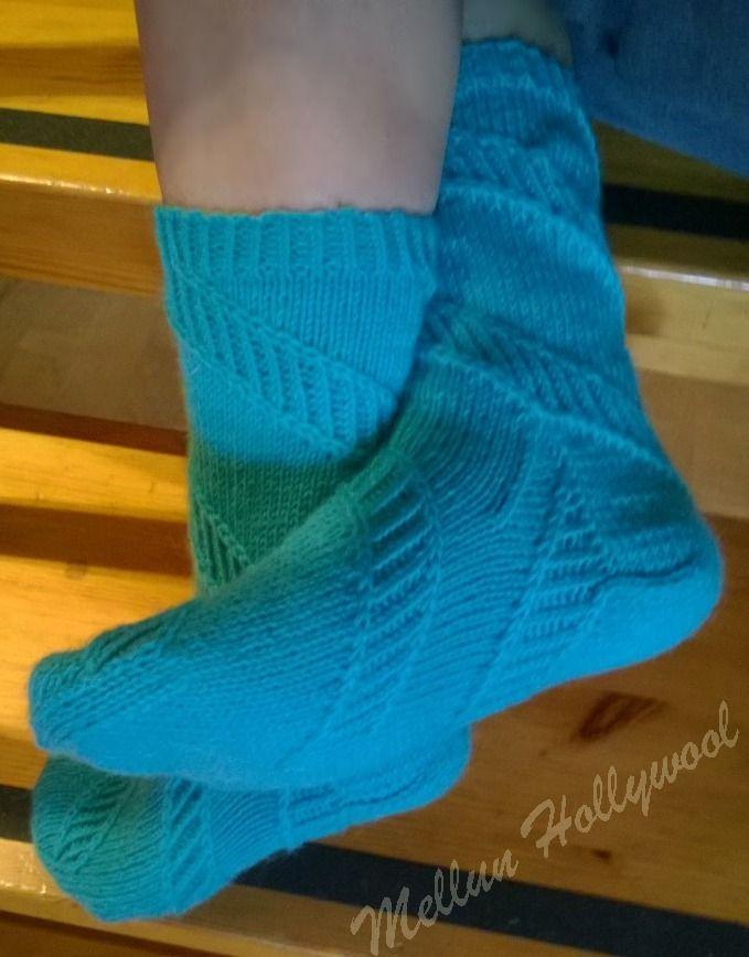 Korkkiruuvimaiset kierteet     Kierre-sukissa kuvio kiertää sukkia molemman jalan sukissa samoin päin.     Lanka: Novitan Nalle 90 g   Puiko...