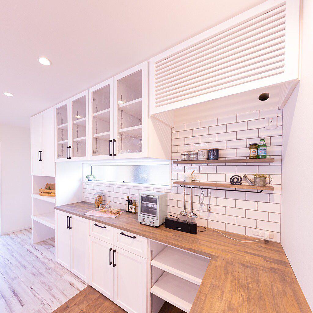 クローバーハウス On Instagram 白い造作食器棚は好きですか ゆらぎ感のある白いタイルにグレーの目地がバッチリ 造作食器棚 サブウェイタイル 食器棚 白い食器棚 キッチンインテリア キッチン ホワイトインテリア ーーーーーーー Kitchen Home Decor