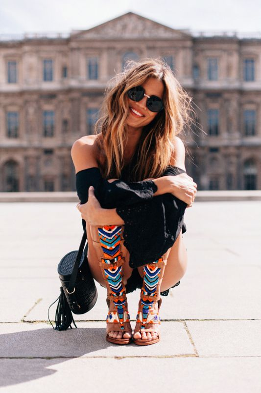 Boho Look | Sandália gladiadora colorida, macaquinho preto, óculos redondinho estilo boho, Rocky Barnes