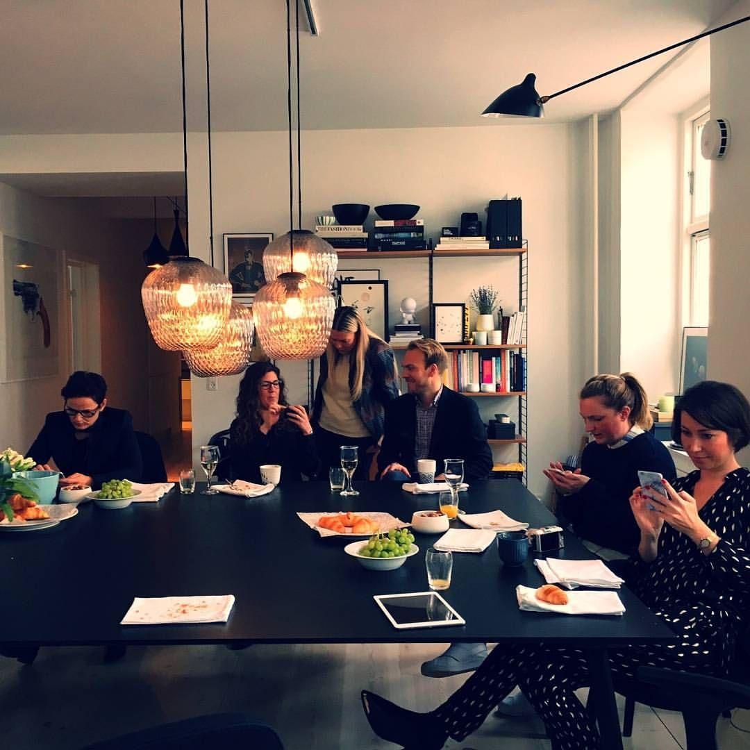 Danmarks dejligste bloggere har kastet sig ud i en Houzz #sketchchallenge, hvor det gælder om at indrette Allan fra @bungalow5dk stue med vores Houzz app! Hvem mon vinder? Følg med på Houzz.dk #houzzdk #danishbloggers #sketch