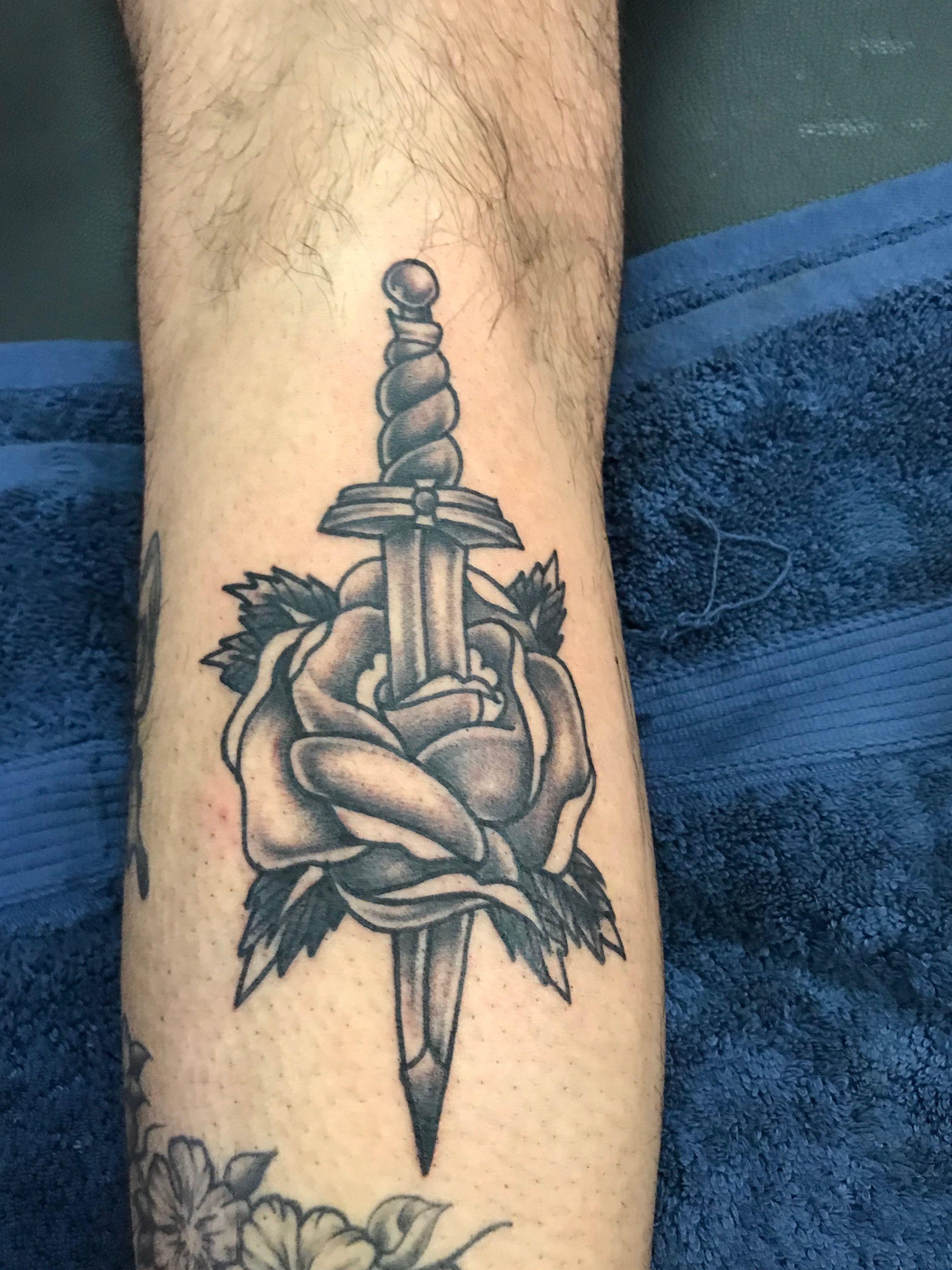 The Rose And Dagger Tattoo Can Symbolize The Duality Of Human Life Through The Seemingly Opposite M Idee Per Tatuaggi Tatuaggi Old School Tatuaggi Tradizionali