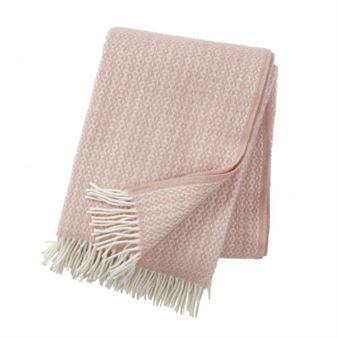 Addera en färgklick i soffan med Rumba ullpläd från svenska Klippan Yllefabrik, designad av formgivaren Birgitta Bengtsson Björk. Pläden är tillverkad i fin ekologisk lammull med ett vackert detaljerat mönster och fransar i vitt. Pläden blir en både värmande och snygg detalj som dessutom är enkel att kombinera med andra textilier! Välj mellan olika färger.