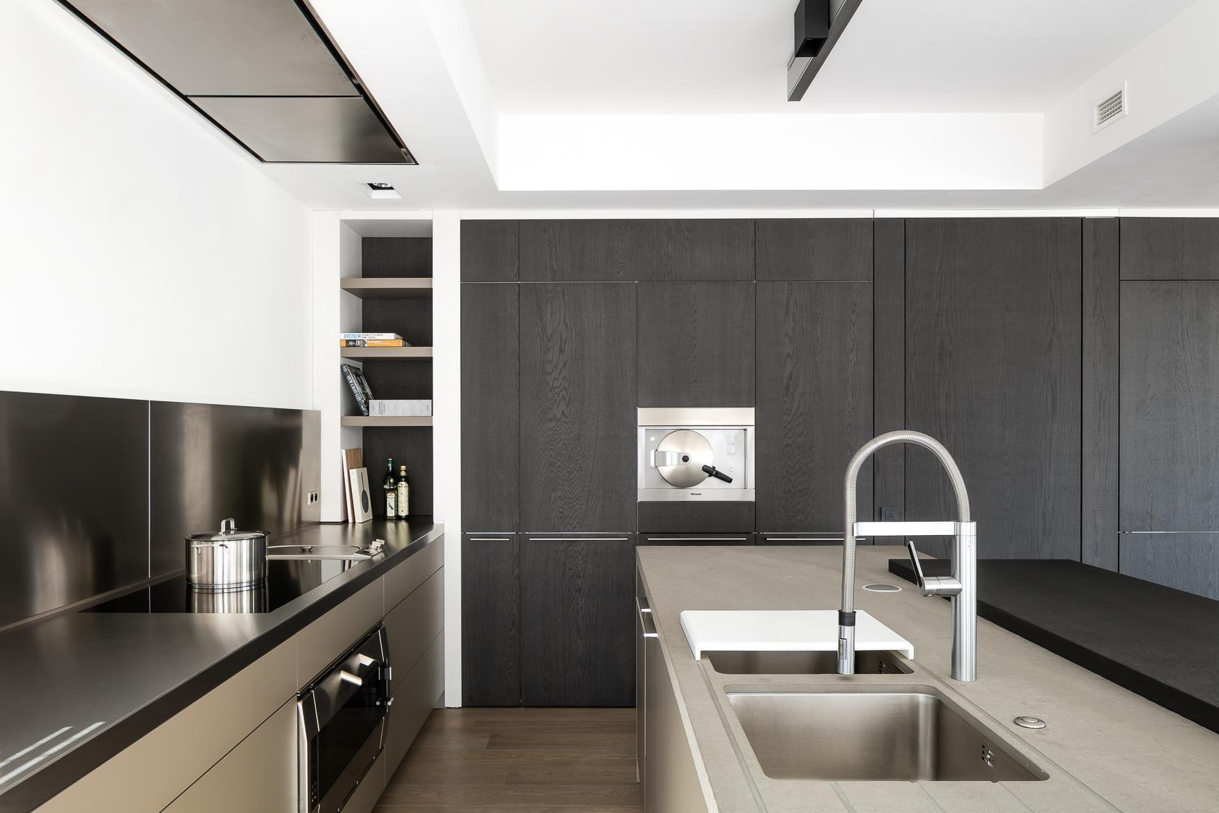 bulthaup   b3 keuken   in laminaat lehm en roestvrijstalen wandpanelen, samengebracht met de