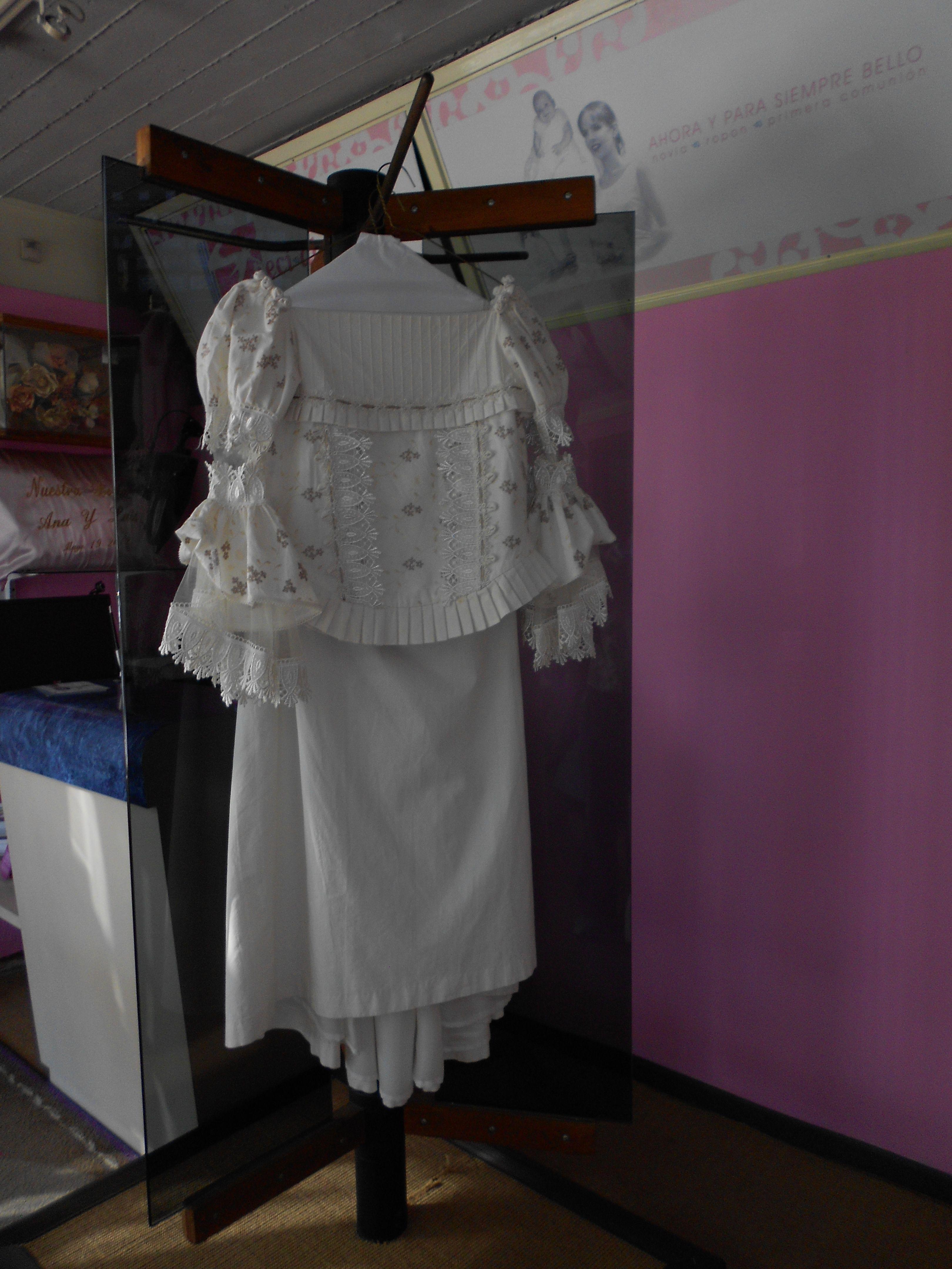 Volvio a lucir como nuevo, vestido de primera comunión en manta de mamá, ahora para su pequeña.en specialty cleaners.