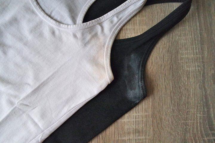 Ο λεκές αποσμητικού και ιδρώτα εμφανίζεται είτε σαν κίτρινο περίγραμμα στα ανοιχτόχρωμα ρούχα είτε σαν λευκό στα σκουρόχρωμα. Έτσι θα φύγουν αυτά τα αντιαισθητικά σημάδια ιδρώτα από το μπλουζάκι.