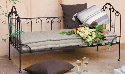 banquette et banquette lit maisons du monde home lit lit en fer banquette lit. Black Bedroom Furniture Sets. Home Design Ideas