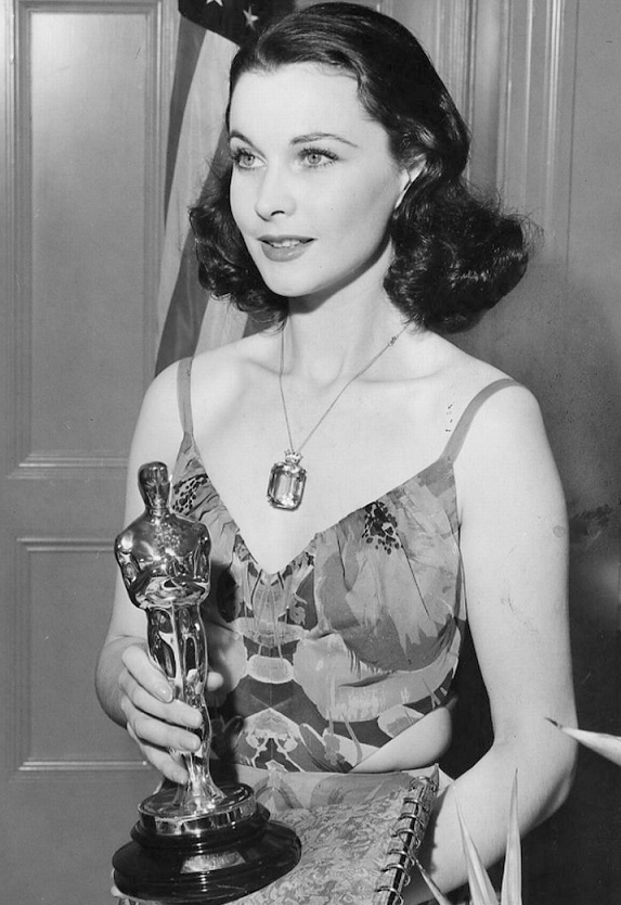 Red Carpet Look Of The Day 343 365 Vivien Leigh Wearing An Irene Gibbons Dress At The 12th Academy Awards In 2020 Vivien Leigh Gone With The Wind Best Actress Oscar