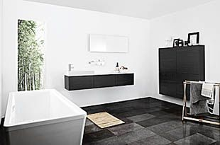Uutta designia upeilla kontrasteilla. Pitkä ja kapea marmoriallas ja valkoinen täyslaminaattitaso täydentävät toisiaan. Se tarjoaa hyvän laskutilan ilman, että taso täyttää koko huoneen.