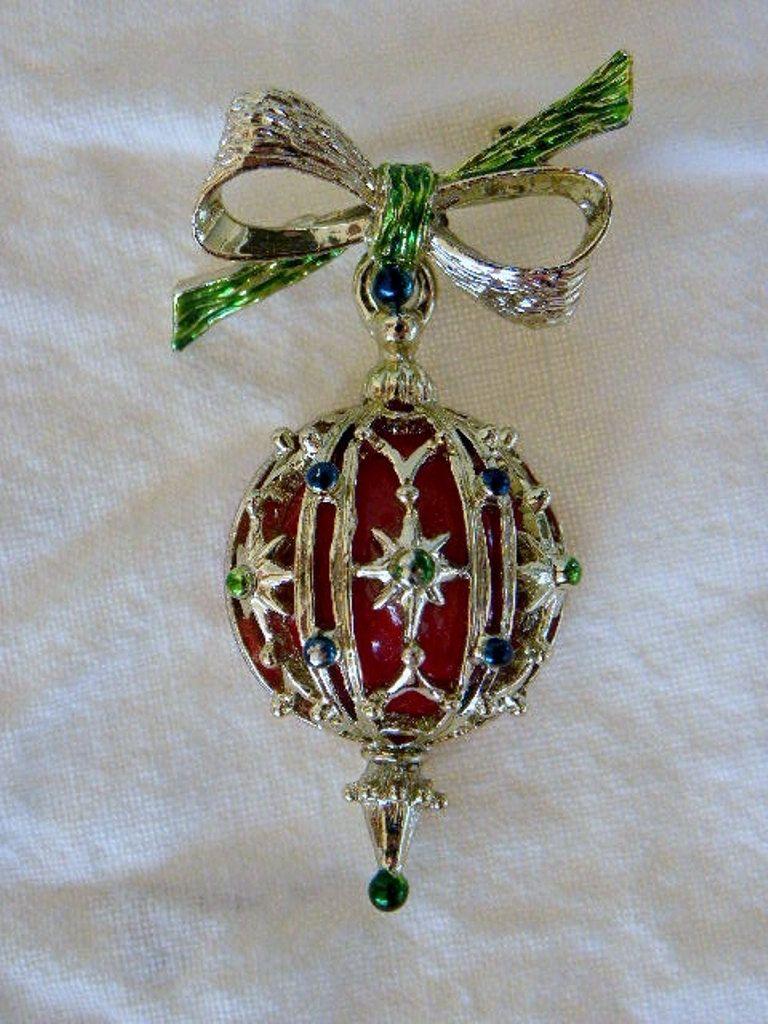 Vintage Christmas Ornament Pin Brooch.