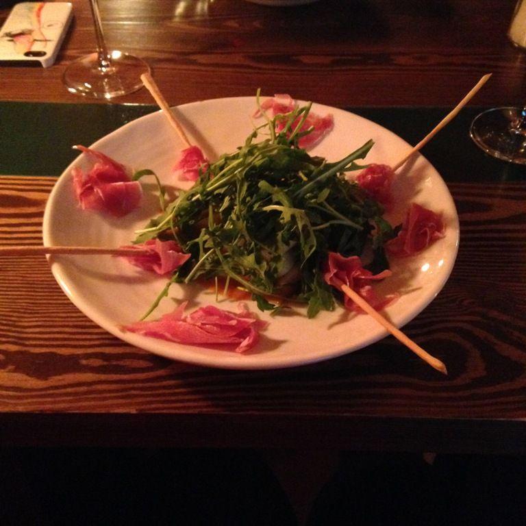 салат с рукколой и прошутто, свежей грушей и соусом из облепихи из меню Просто вино