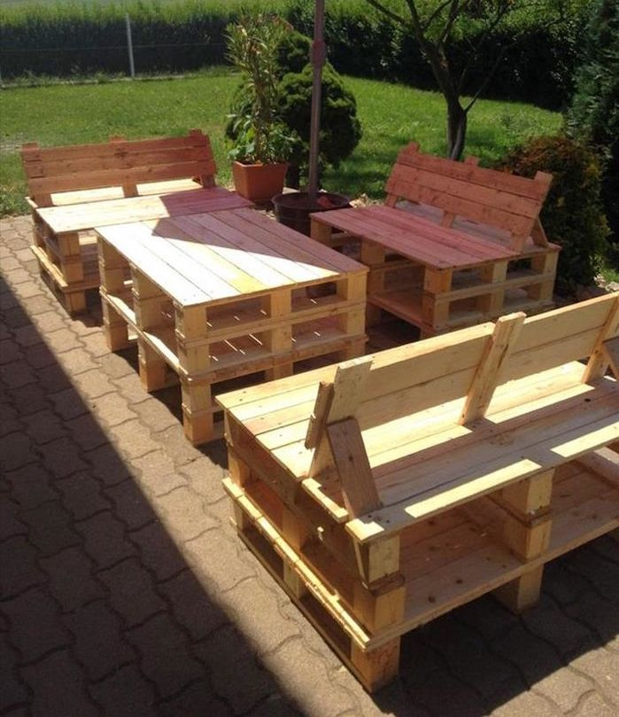 fabriquer salon de jardin en bois de palette Salon de jardin en palette design idée meubles en bois palettes fabriquer  canapé extérieur construire table basse ponceuse vernis incliner dos  recyclage