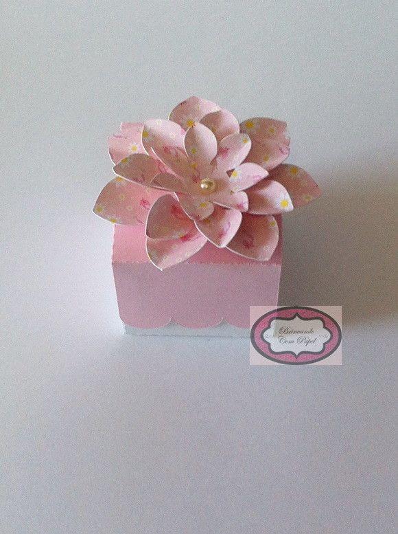 Caixa com flor confeccionada em papel 180 g. Pode adicionar a borboleta.    Outras cores e flores.