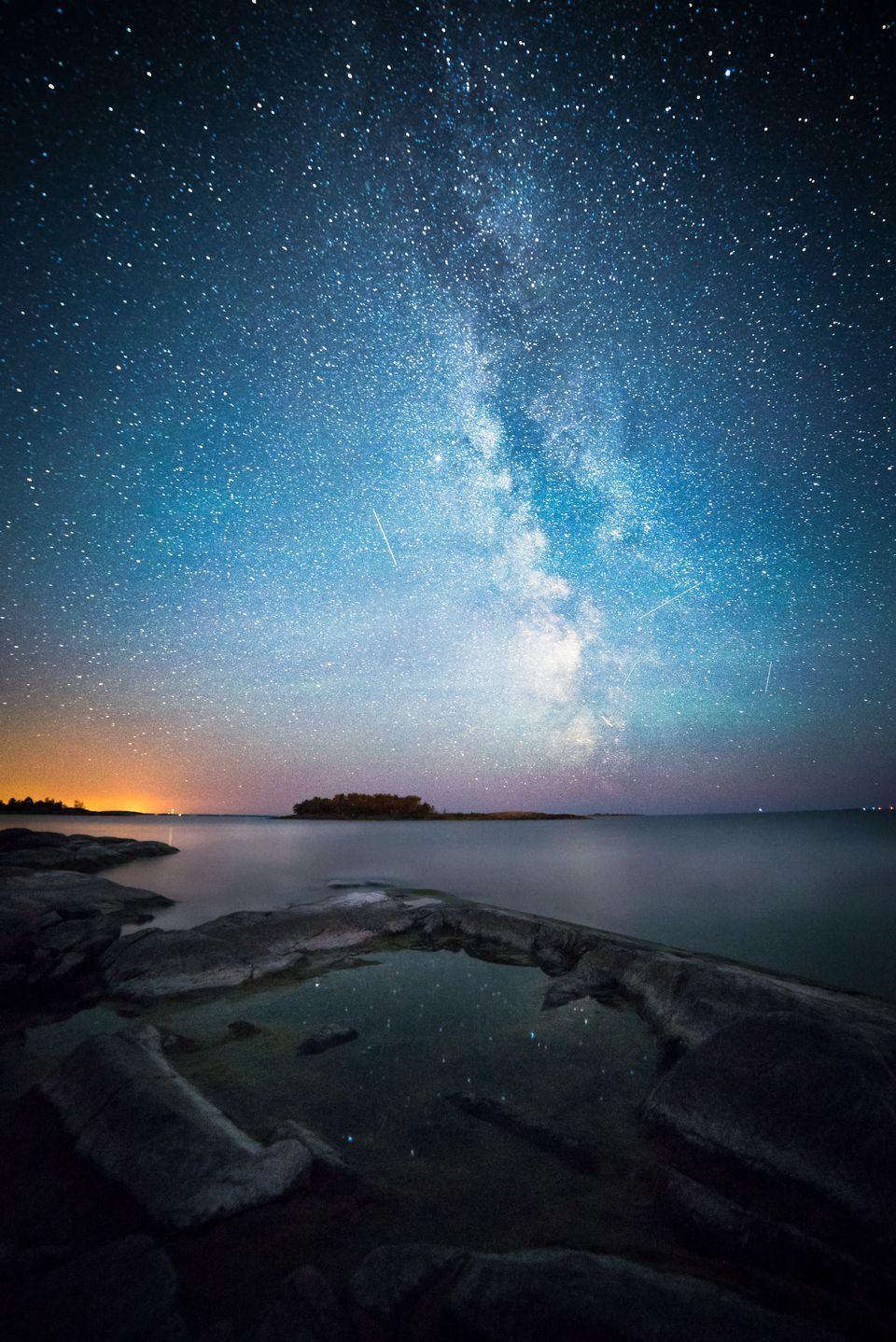 Tähtitaivas järven yllä.