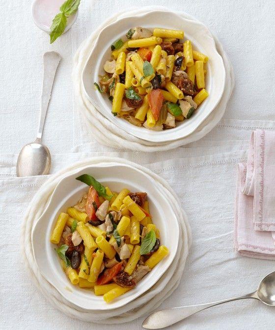 Unbedingt vom Schüsselgrund schöpfen. Dort sammelt sich das Ragout mit Sherry-Rosinen, Feigen und Möhren und verbreitet zu Fleisch und kerniger Pasta helle Freude.