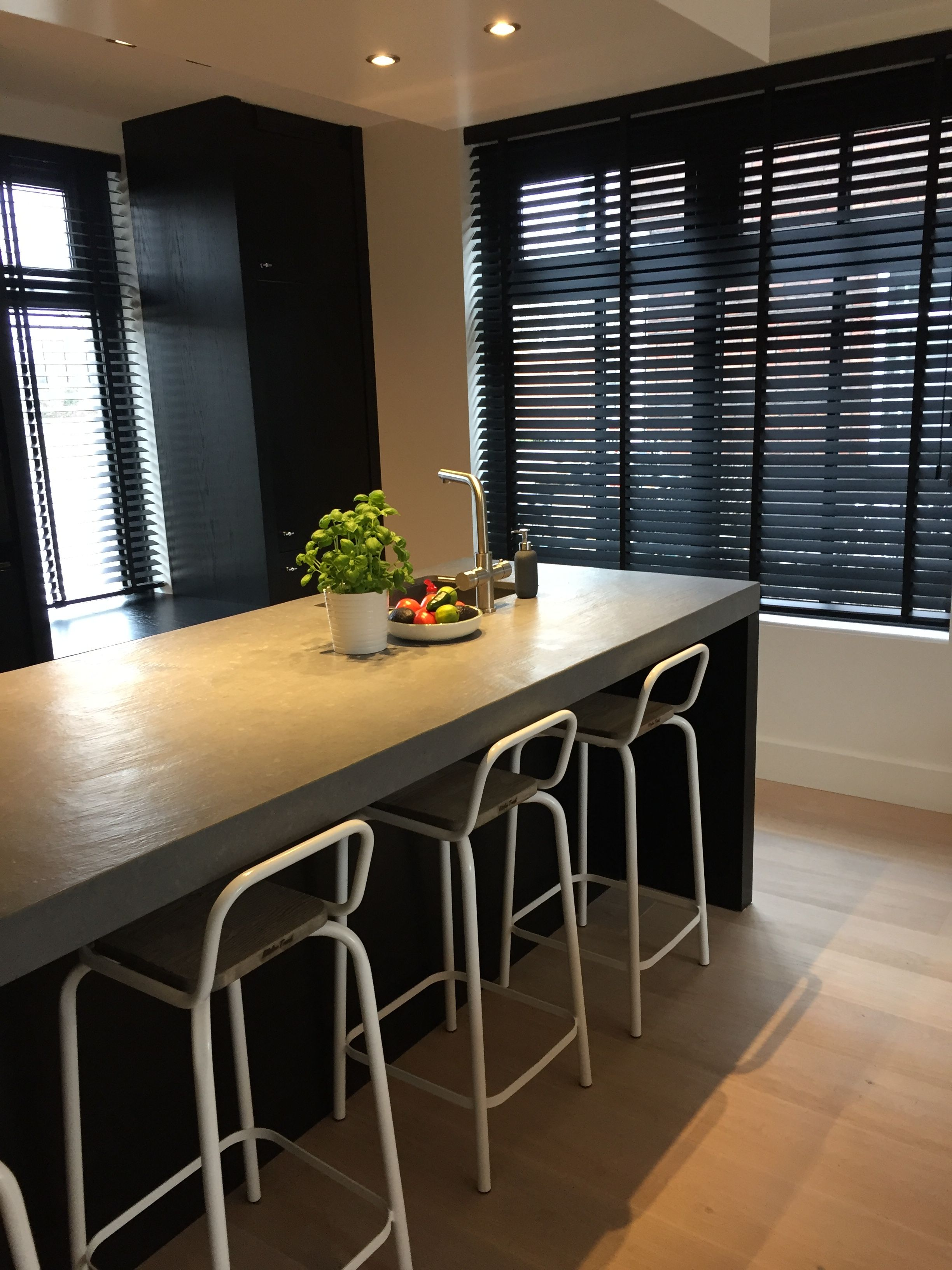 zwarte keuken betonnen aanrechtblad barkrukken kitchentrend
