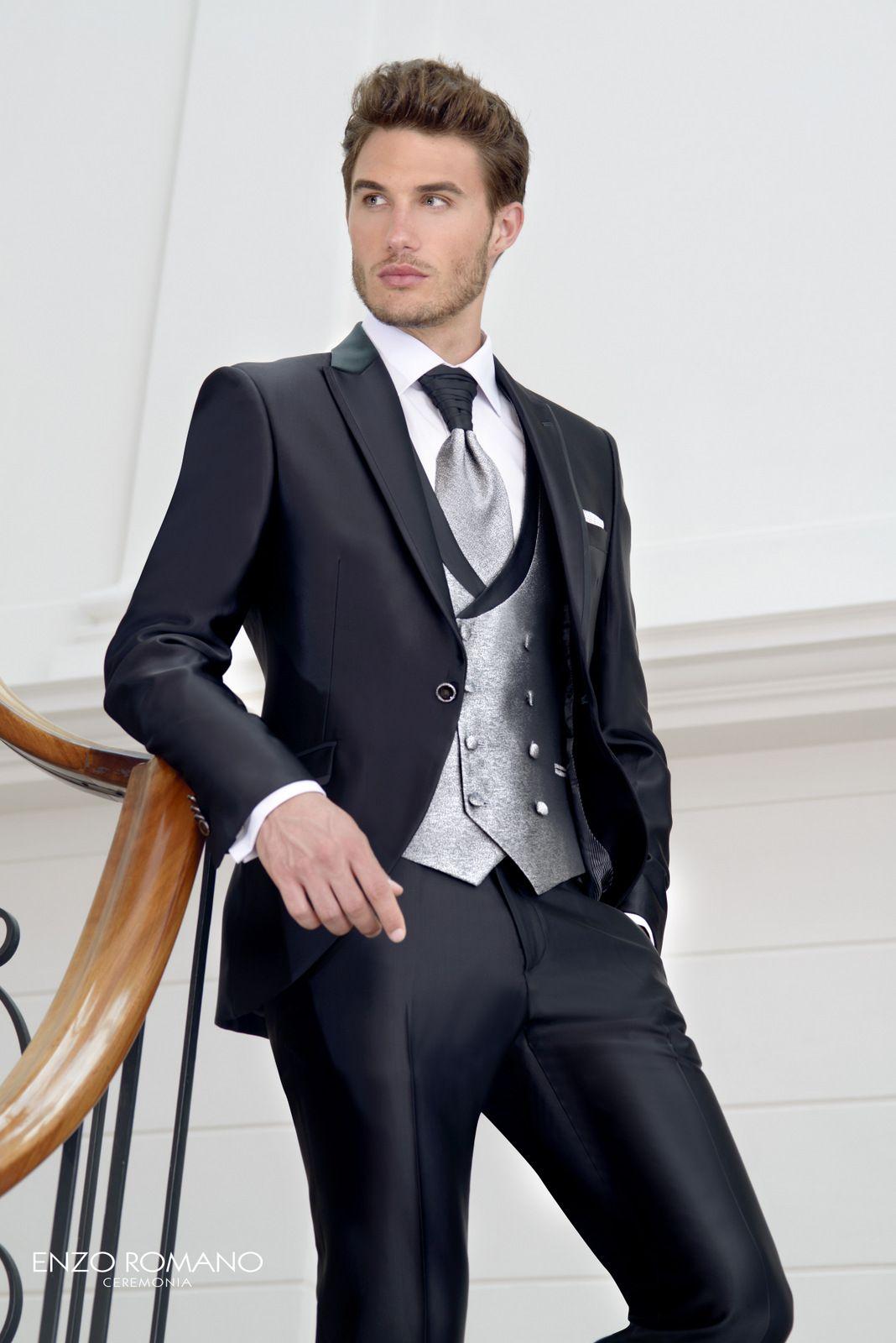 Traje de novio de la firma Enzo Romano con chaleco cruzado que incorpora su  propia solapa en negro del mismo tejido que el traje y el nudo del  corbatón 6d0f70e4e7e